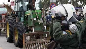 Τα ΜΑΤ έκαναν πίσω για να περάσουν οι αγρότες