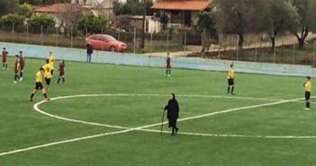 Γιαγιά διέκοψε τον ποδοσφαιρικό αγώνα