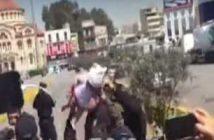 Πρόσφυγας κραδαίνει βρέφος στον αέρα